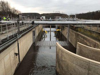 Reusachtige compressoren blazen extra lucht in het bassin