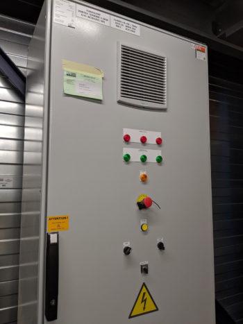 Het eerste stuurbord dat we engineerden en bouwden voor een mini-waterkrachtcentrale in Versailles.