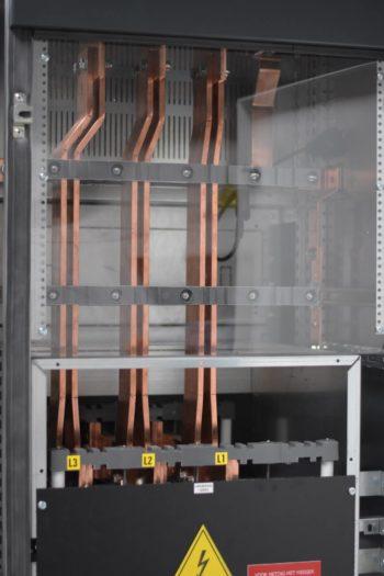 De koperverbinding naar busbarkop voor de verbinding naar de transformator.